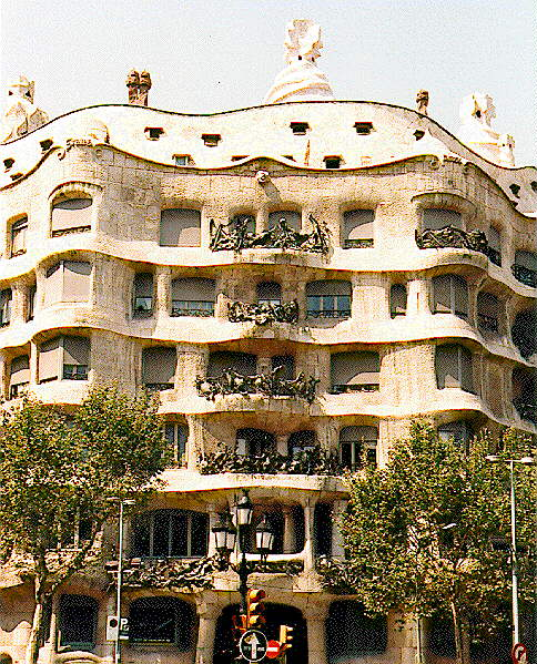 Architecture walk with gaudi in barcelona - Art nouveau architecture de barcelone revisitee ...